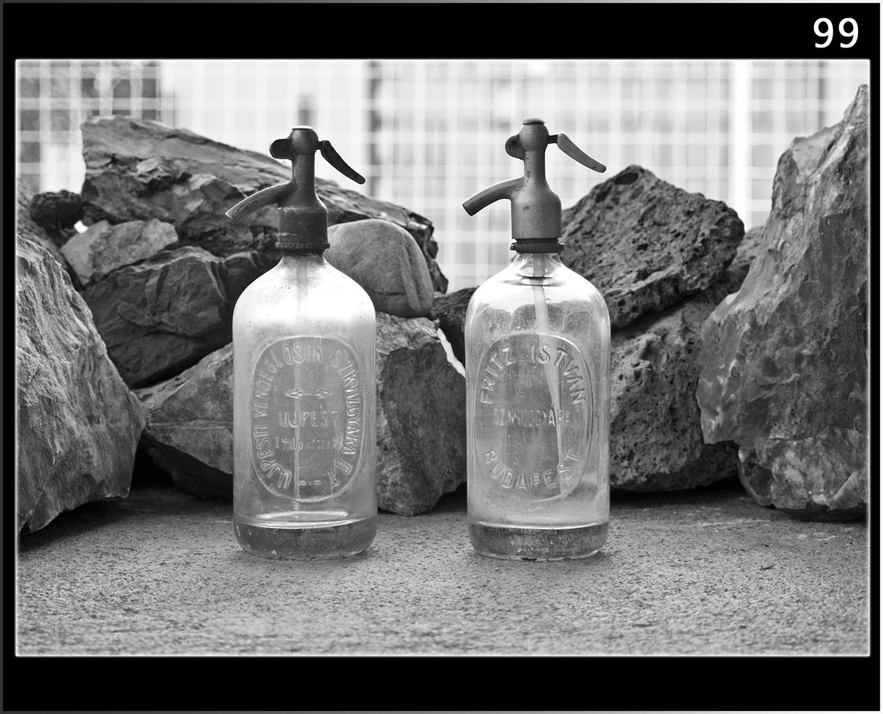 Kövek Között Üvegek